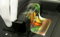 可对折的柔性OLED屏幕亮相 能弯折10万次