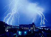 宝德IDC:雷雨季节机房防雷全攻略
