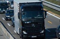 奔驰无人驾驶卡车上路测试 能自动转向和刹车