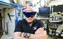 宇航员在空间站体验微软的HoloLens