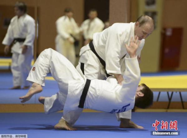 资料图:普京与运动员切磋柔道。