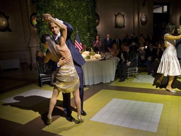 阿根廷国宴上,奥巴马与舞者跳探戈。
