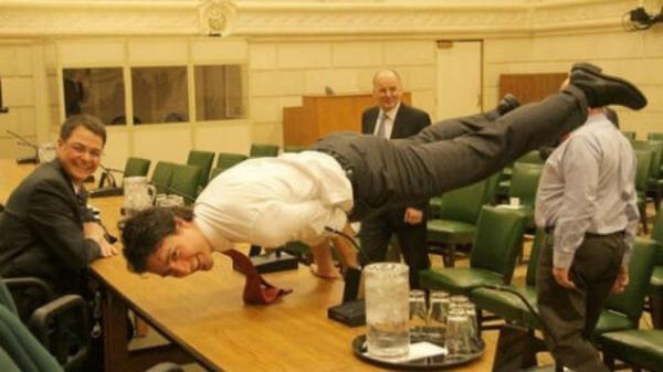 加拿大总理贾斯廷·特鲁多正在做瑜珈。