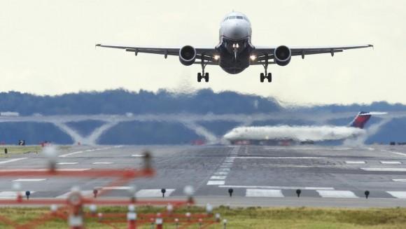 """这一技术由Inmarsat提供。 这家英国公司曾经利用卫星通信技术帮助马来西亚政府定位MH370的飞行路线。 MH370的失事到现在还是一个迷。 而一旦找不到黑盒子, 对这一类事故的原因根本就无从分析。 而在埃及航空公司的804航班失事后, 事故分析人员花了将近一个月的时间来寻找并且解密黑盒子里的信息。 空客公司表示, 新的系统将在最新的A320和A330机型上采用。 这种基于云技术的黑盒子能够比现有黑盒子更快地传输语音和数据。 """"新的装置将比现有的技术提高几个数量级"""" Inma"""