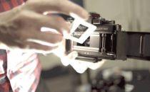 这个手持移动投影仪能将超大图片投射到任何表面上