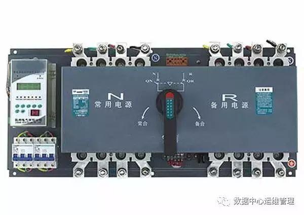 ATSE的发展趋向主要包括两个方面:其一是开关主体,具备很高的抗冲击电流能力,并且可频繁转换;具有可靠的机械联锁,确保任何状态下两路电源不能并列运行;不允许带熔丝或脱跳装置,以防止双电源开关因过载而造成输出端无电现象;具备0位功能,并且隔离距离大,以便能够承受更高的冲击电压(8KV)以上;四级开关具备N级先合后分的功能,以防止ATSE在切换时,不同系统中 N线上电位漂移,使电流走向不一致或分流,造成剩余电流保护装置误动作。 其二是控制器,采用微处理器智能化产品,检测模块应具有较高的检测精度和宽的参数设定