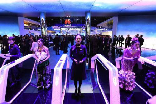 2月26日,人们在西班牙巴塞罗那举行的世界移动通信大会上参观华为公司展台。