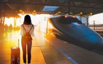 """春运大潮背后的""""一线战场"""":12306平均一年售出30亿张火车票"""