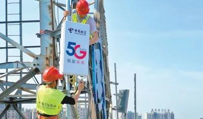 ▲图为中国电信六安分公司工人正在安装、调试5G基站设备。新华社发
