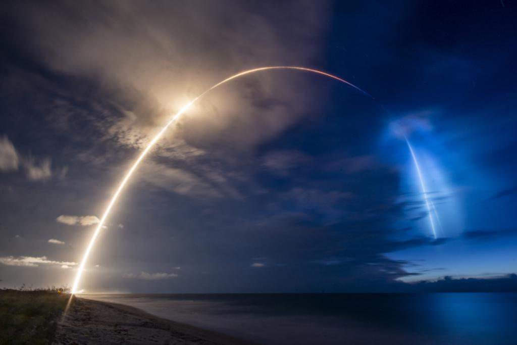 太阳光下的 SpaceX 火箭升空羽流图