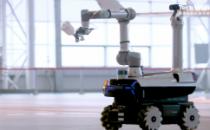 联想发布首款自研工业机器人 利用5G远程控制可为飞机喷漆
