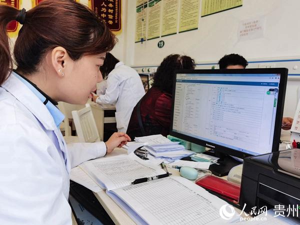 贵阳市金华园社区卫生服务中心医生任泽芹正在查看患者电子档案。人民网 王秀芳摄